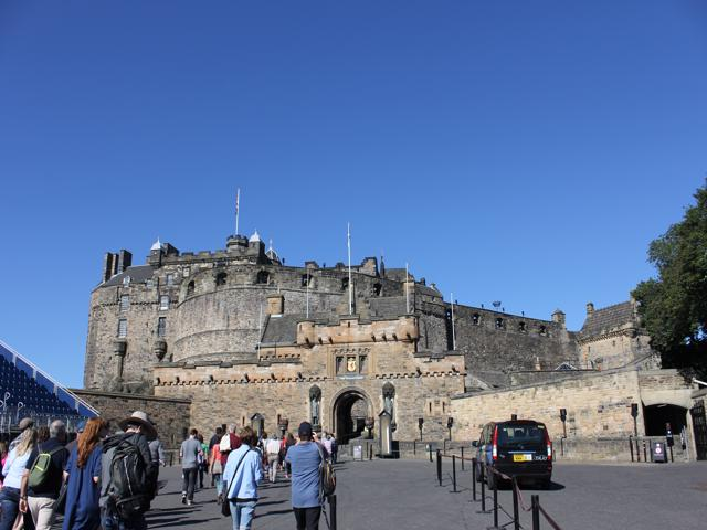 05 walking into Edinburgh Castle