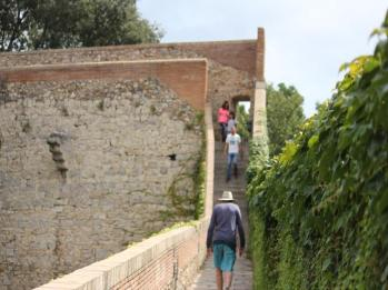 23 Girona walking the walls