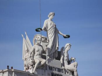 39 Rua Augusta Arch statues