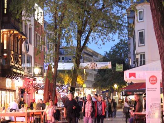 06 streets of Dusseldorf at night